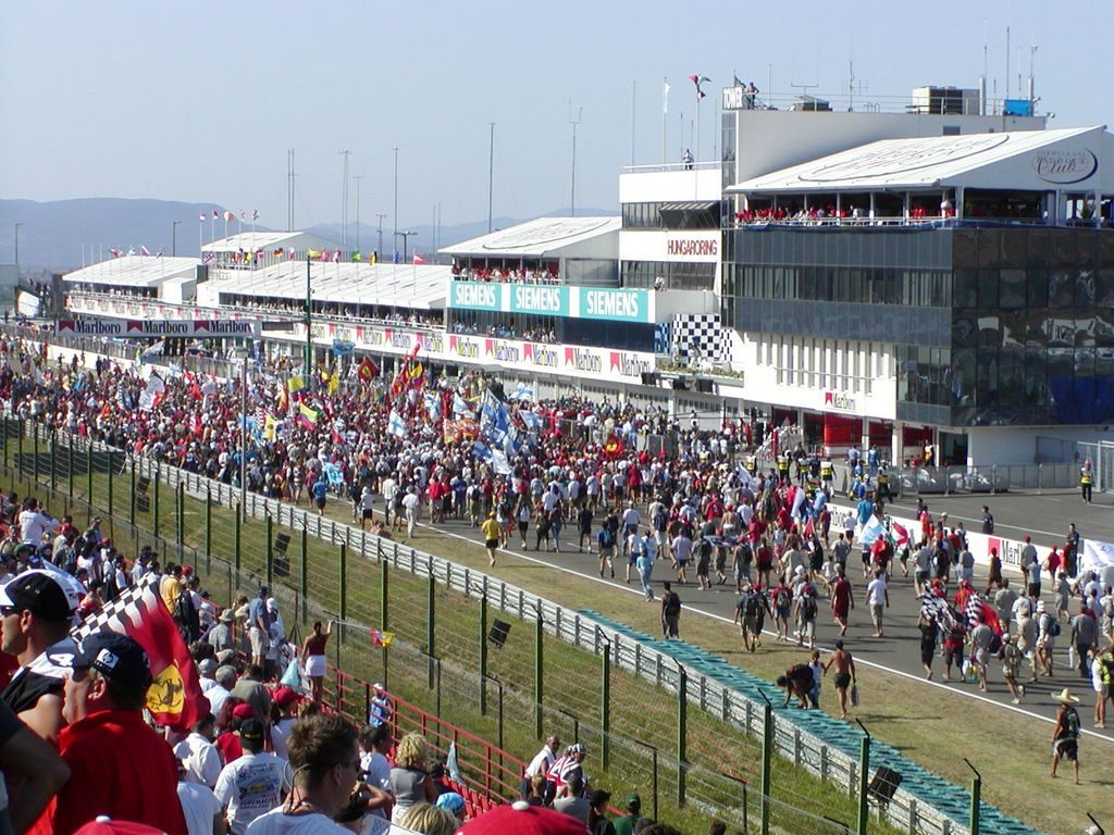 Fans_on_racetrack_aftert_the_race_at_the_200