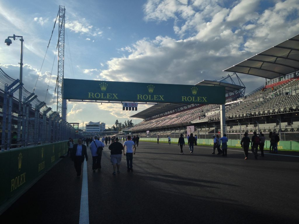 Main_straight_-_Mexican_Grand_Prix_16